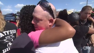 cnn dallas protest hug_20160711165731163_5395817_ver1.0_320_180